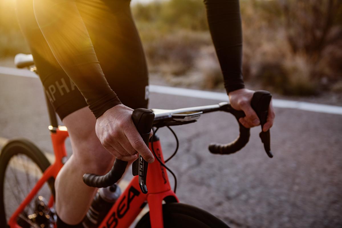 Muchos ciclistas no llevan guantes, pero no es aconsejable. Mejor siempre con ellos.