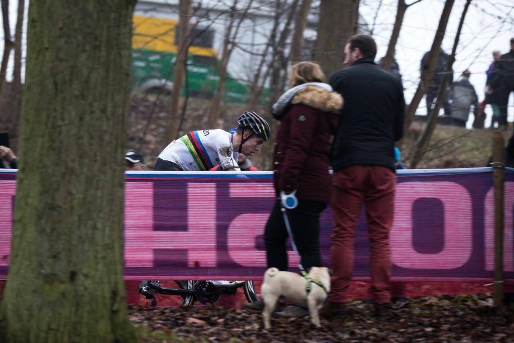 La mirada de concentración de Wout van Aert contrasta con la actitud de los espectadores.