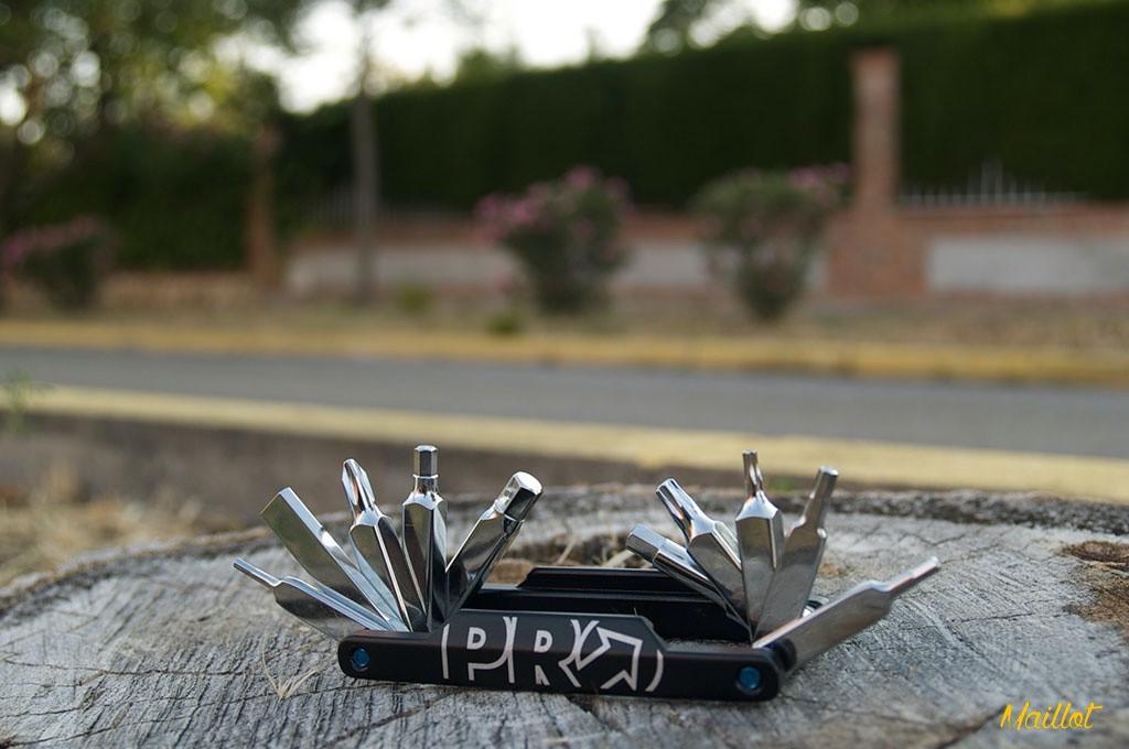Entre las herramientas que encontraremos en la PRO Mini Tool 22 están  llaves Allen, Torch, llaves de radios, una punta de destornillador y un tronchacadenas