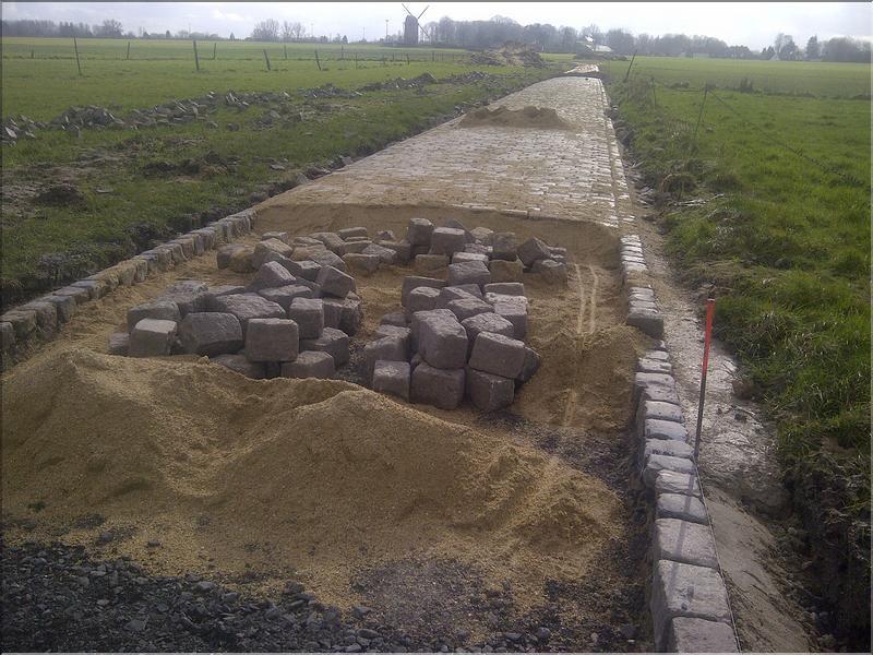 Trabajos de mantenimiento del pavés de la Paris Roubaix