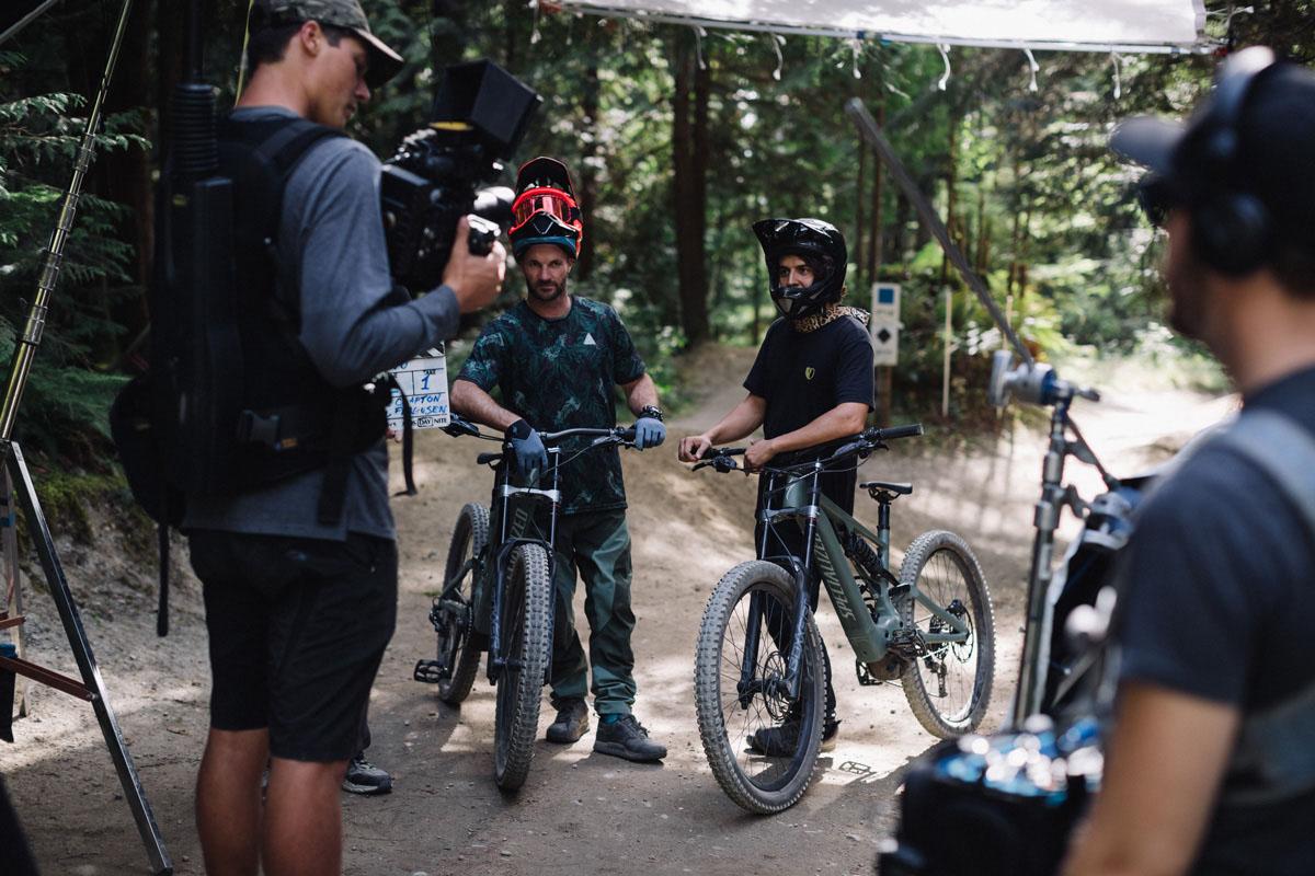 Adrián Parro con The Coastal Crew grabando para el vídeo de presentación de la nueva Specialized Turbo Kenevo
