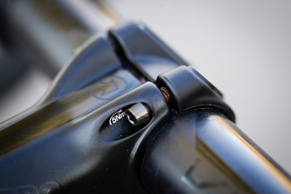 Detalle de un tornillo de una tapa de potencia