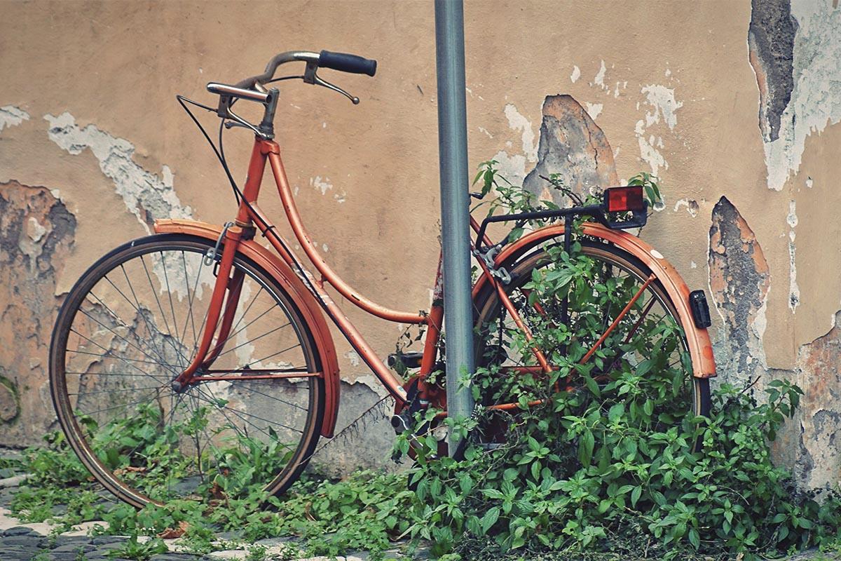 Bicicleta aparcada en la calle en mal estado de conservación