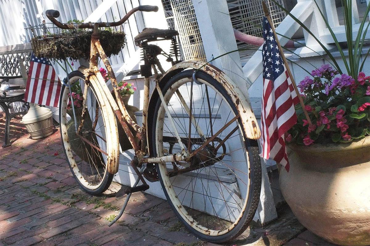 Bicicleta de paseo en el exterior completamente oxidada