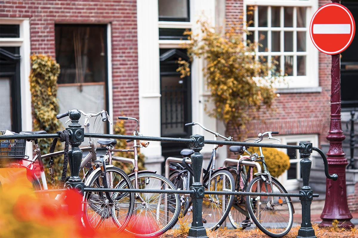 Varias bicis de paseo estacionadas en la calle