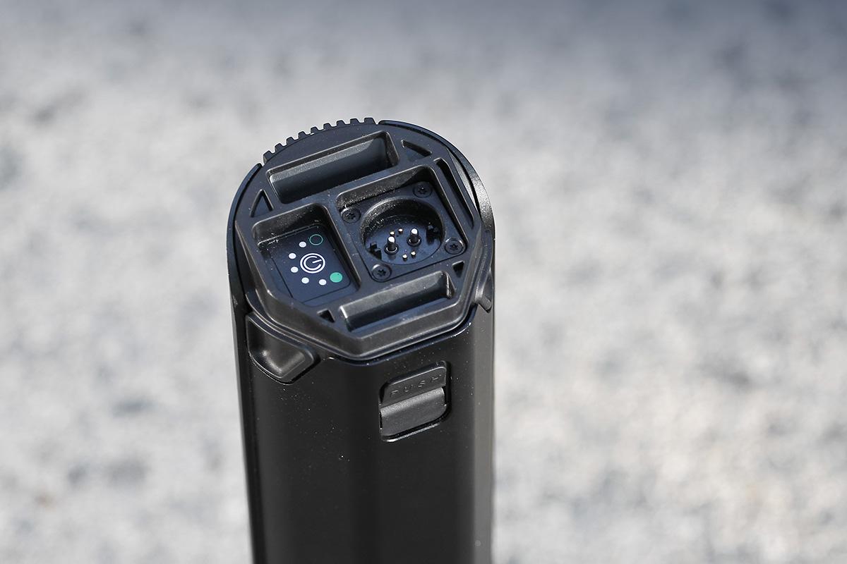 Batería de una ebike con las conexiones a la vista