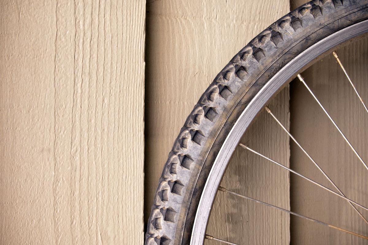 Imagen de una rueda y un neumático en mal estado y seco