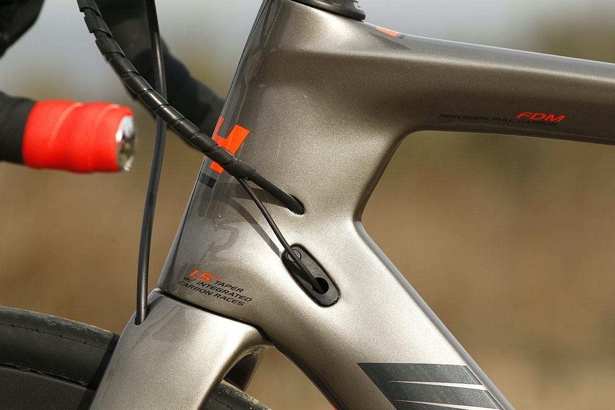 Diseño de la pipa y entrada de cables en la BH G7 Disc 5.5