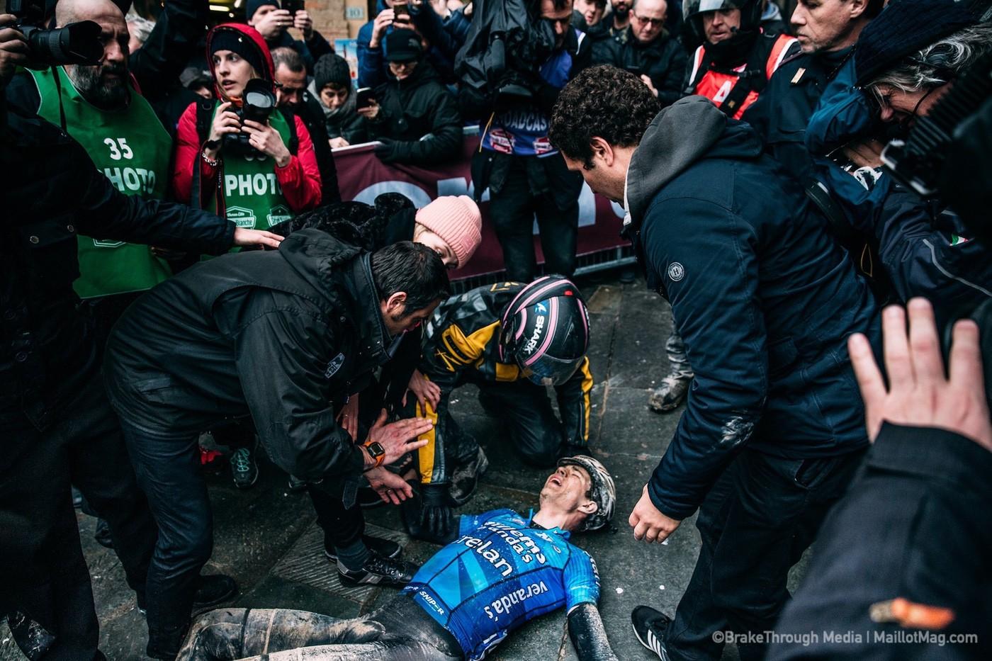 Wout Van Aert llega a meta y se desploma en la Strade Bianche