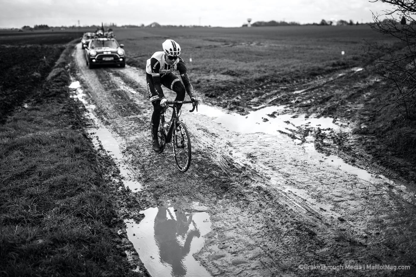 Corredor revisando el recorrido de la Paris Roubaix