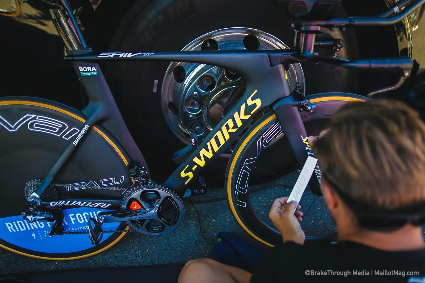 Mecánico del equipo Bora personalizando la bici de Peter Sagan