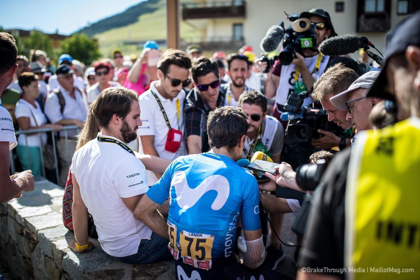 Mikel Landa atiende a la prensa al finalizar una etapa de La Vuelta 2018
