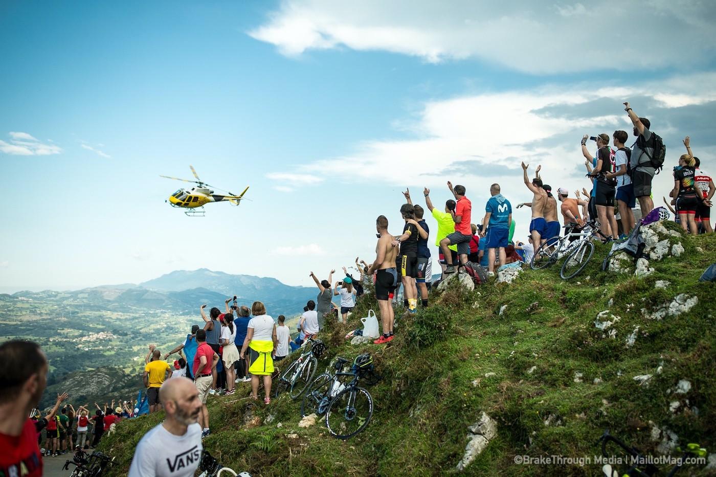 Helicóptero en una vuelta ciclista