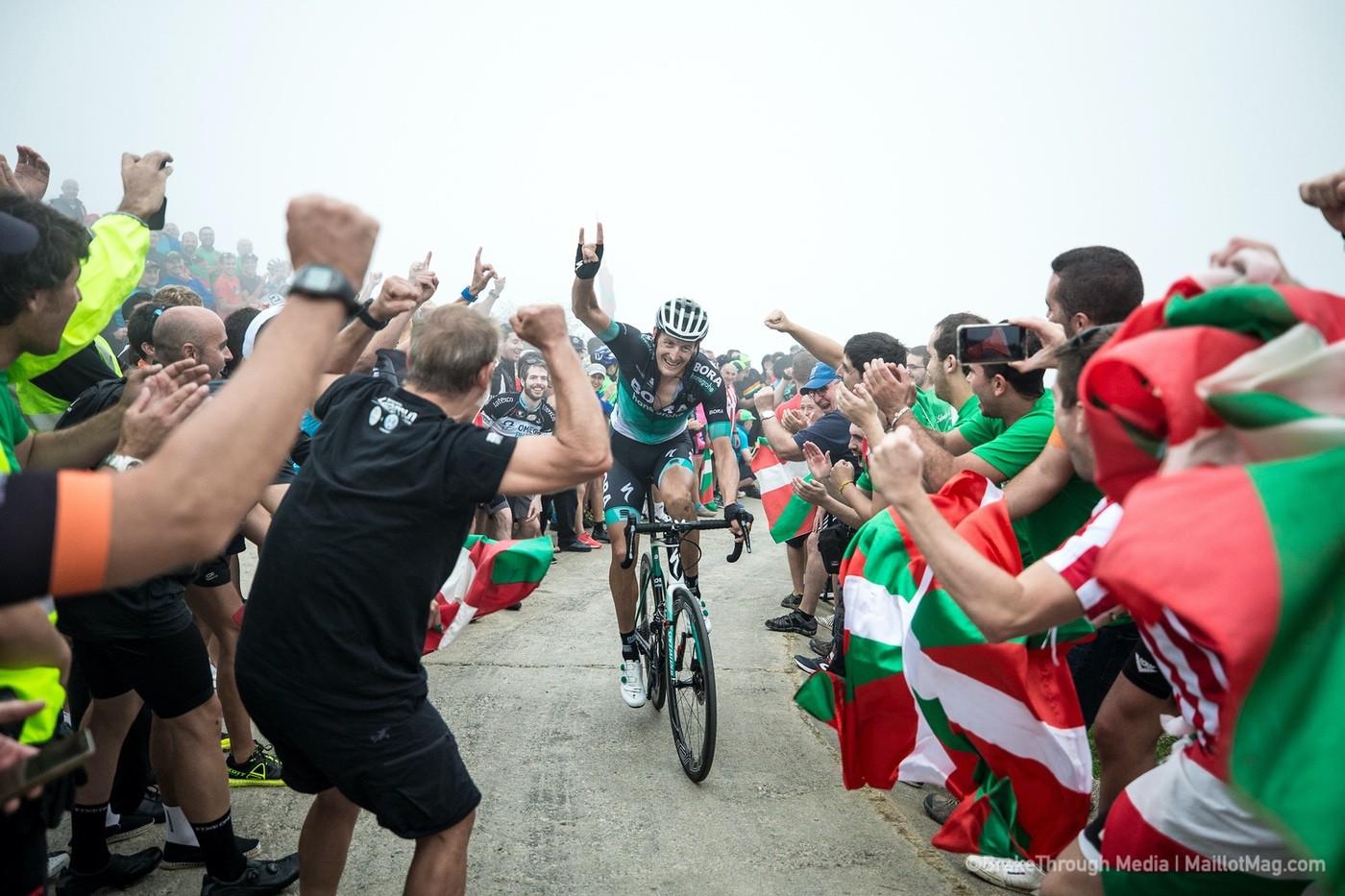 Público animando a un ciclista en La Vuelta