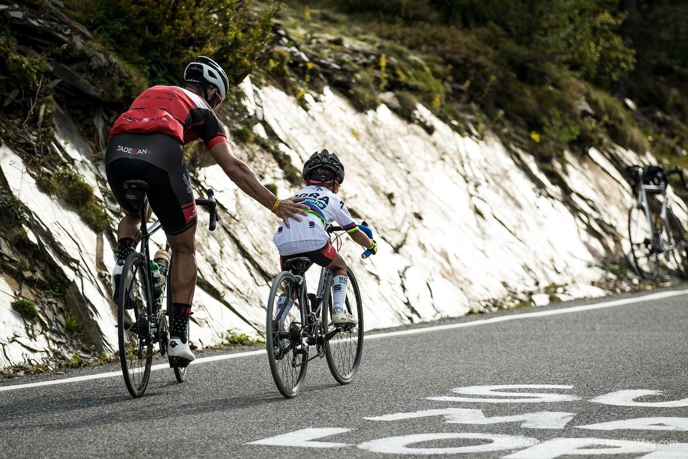 Un padre y un hijo subiendo un Puerto de Montaña horas antes de que lo hagan los profesionales