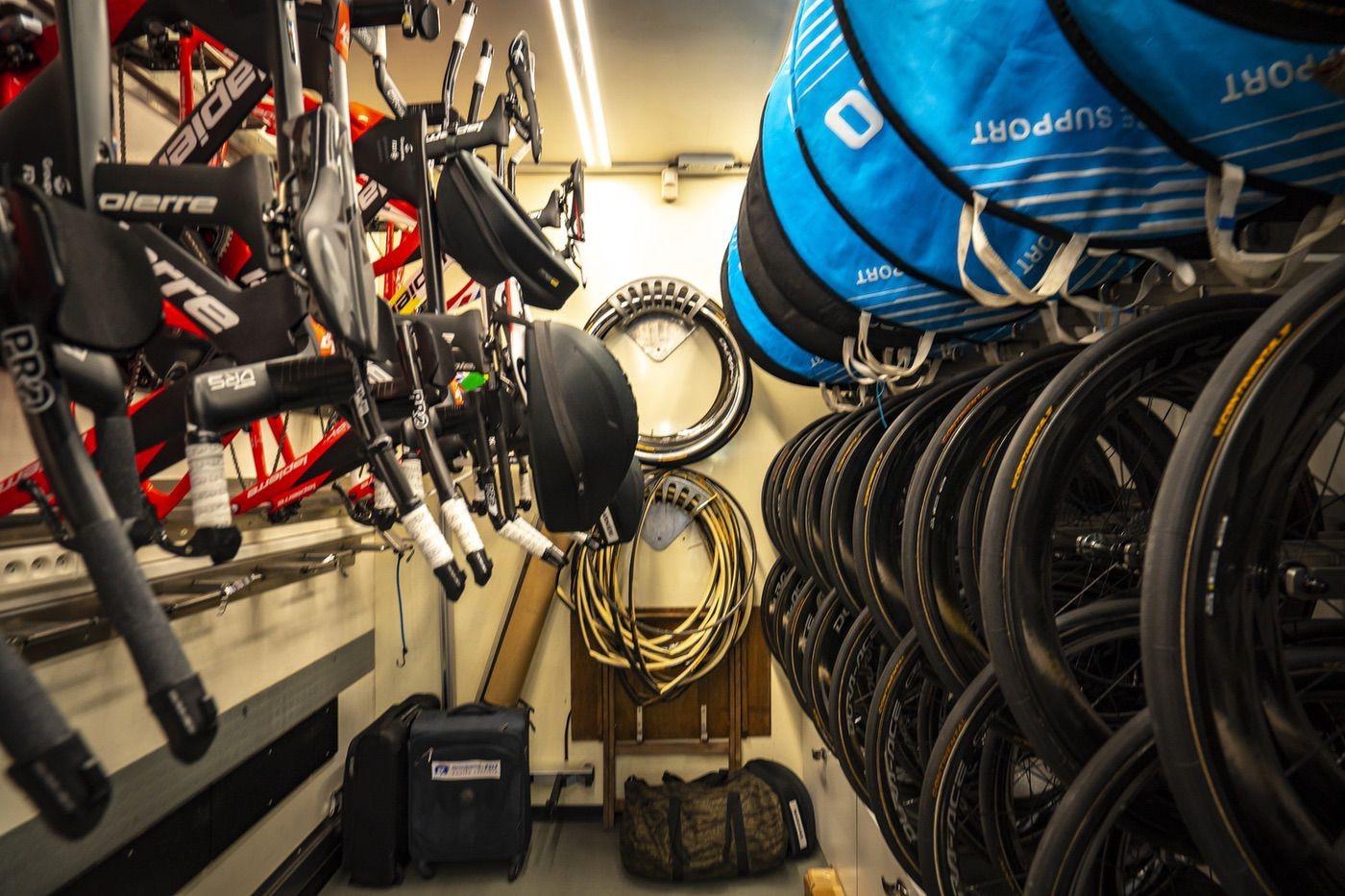 Ruedas y bicis de carretera en el camión taller de Groupama FDJ