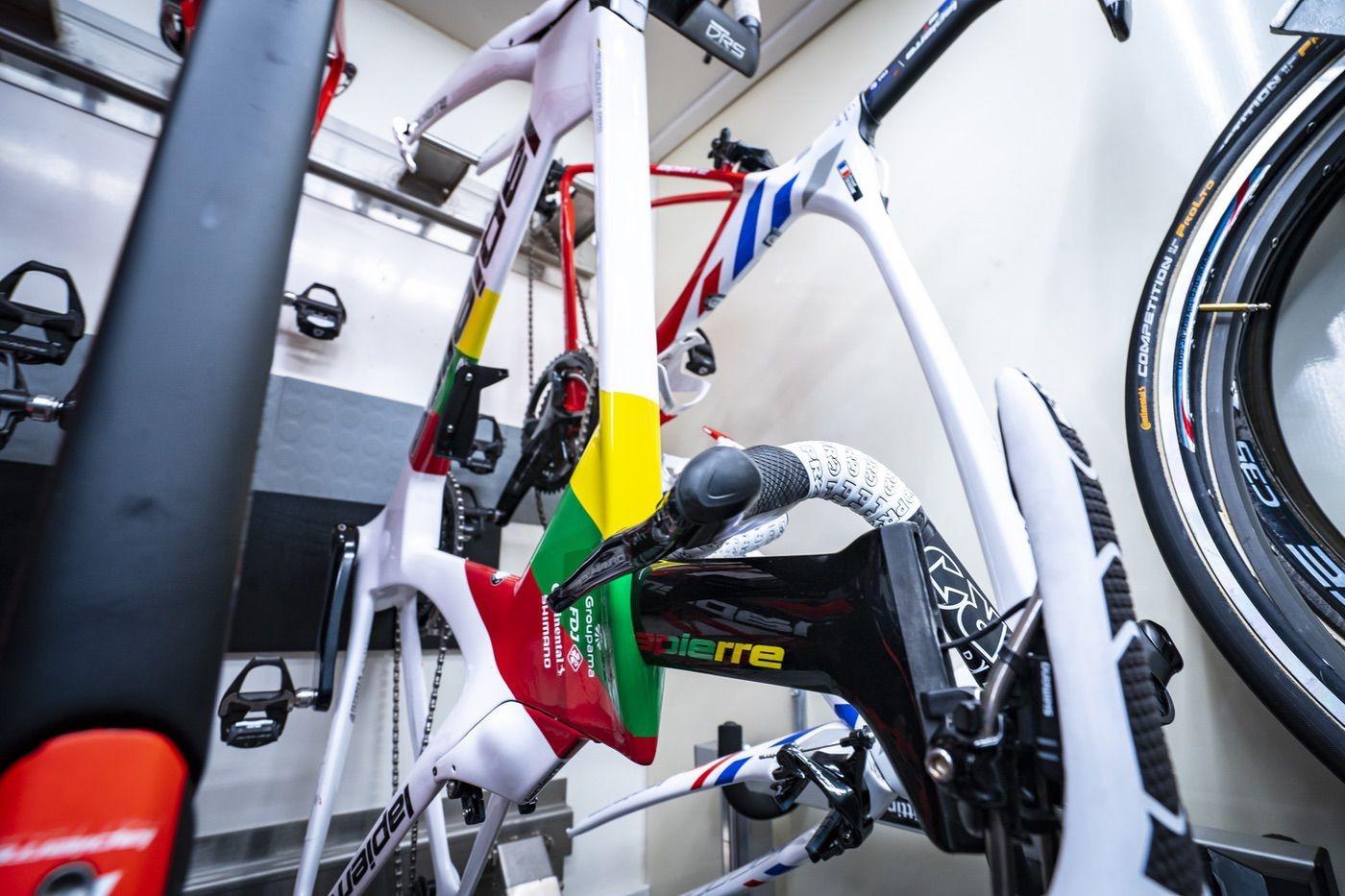 Bici Lapierre en el camión taller de Groupama FDJ