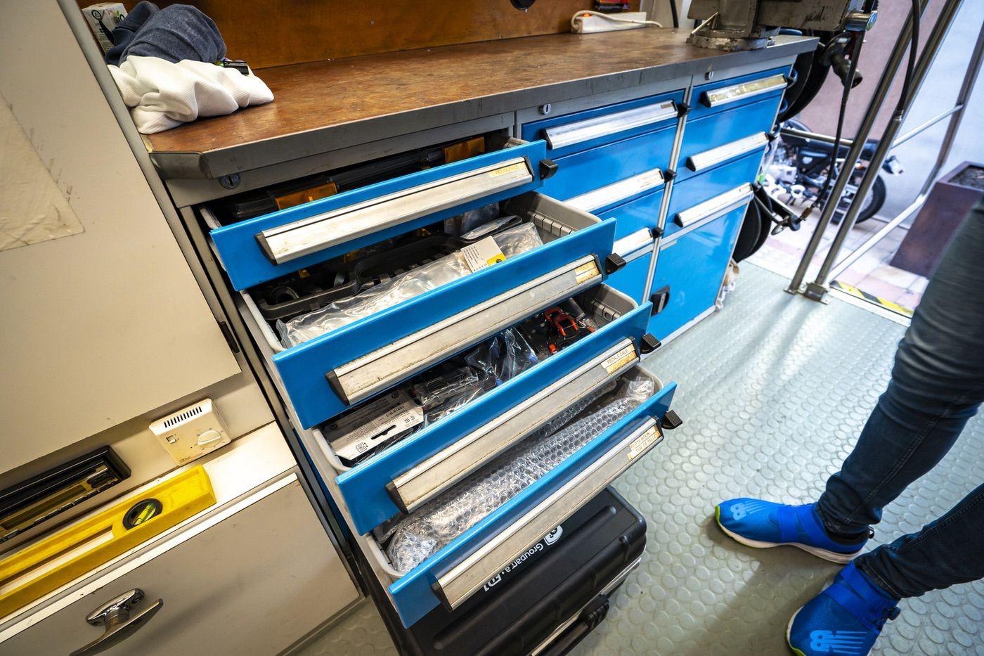 Cajones de herramientas y recambios en el camión taller de Groupama FDJ