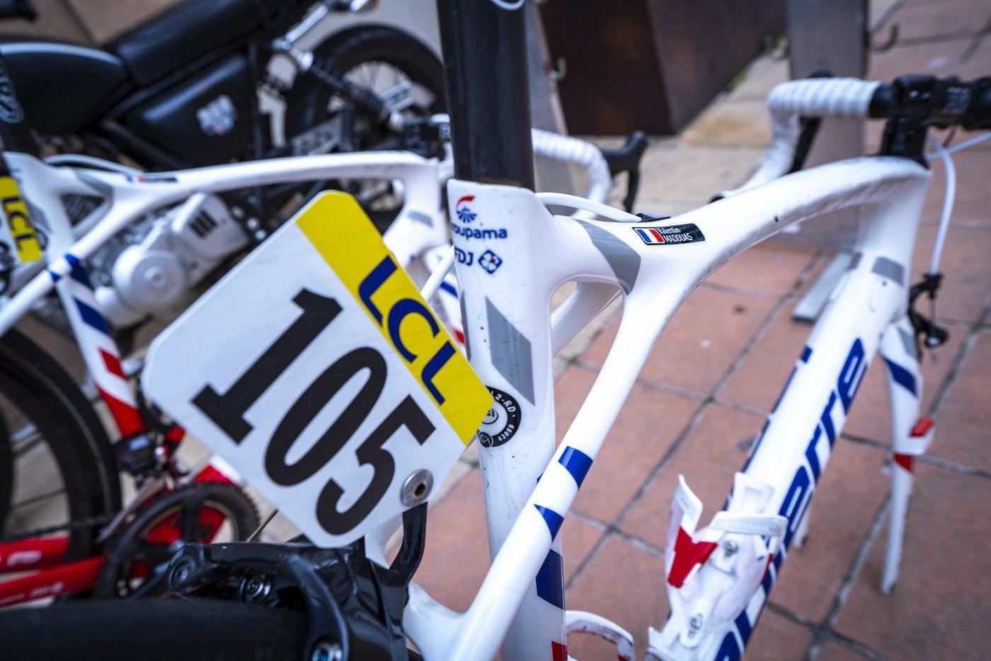 Bicicleta con dorsal de Groupama FDJ lista para competir