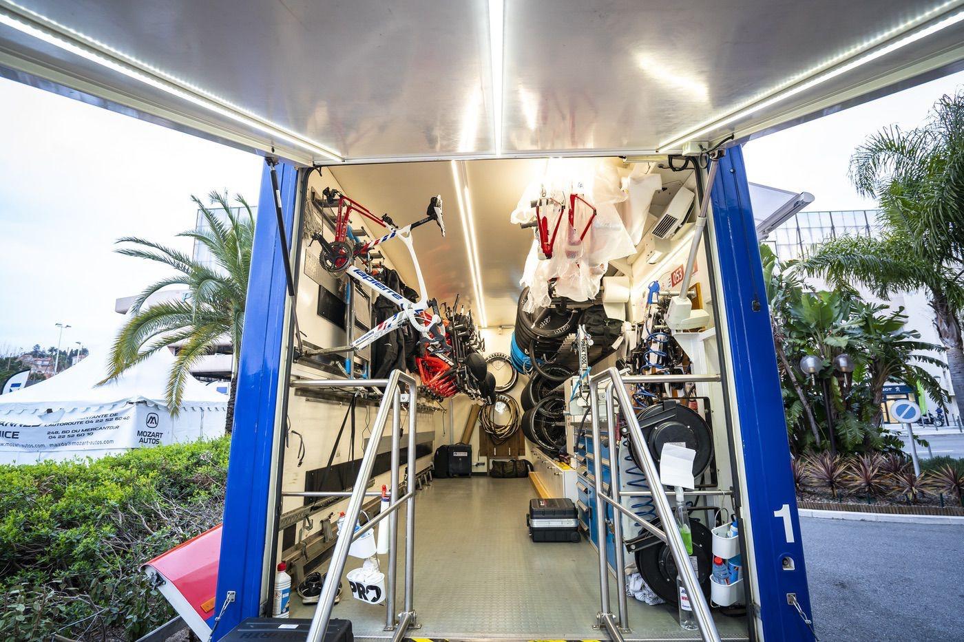 Vista interior del camión taller de Groupama FDJ