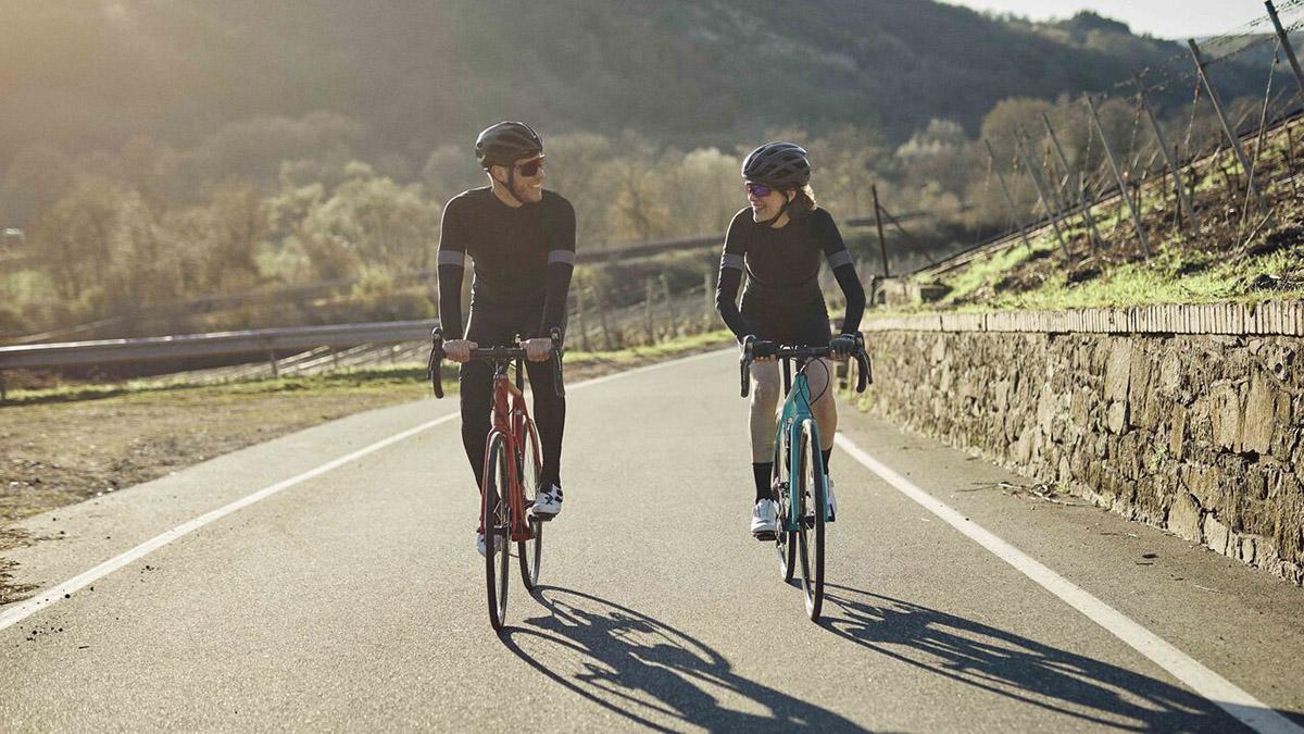 Foto de acción de dos riders pedaleando con Canyon Endurece