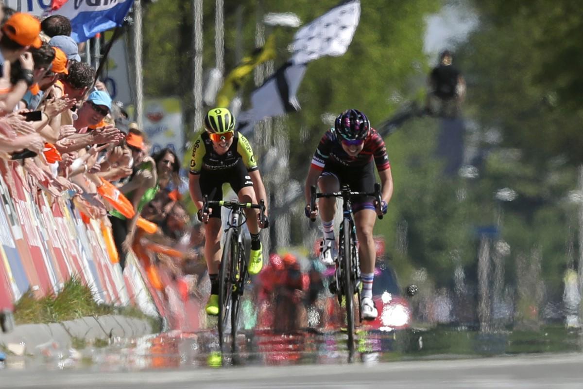 Annemiek van Vleuten y. Kasia Niewiadoma en la Amstel Gold Race