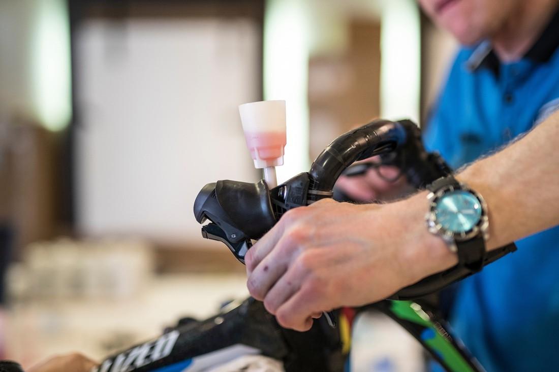 Cosas de la bicicleta que no debes tocar si no sabes. Líquido de frenos