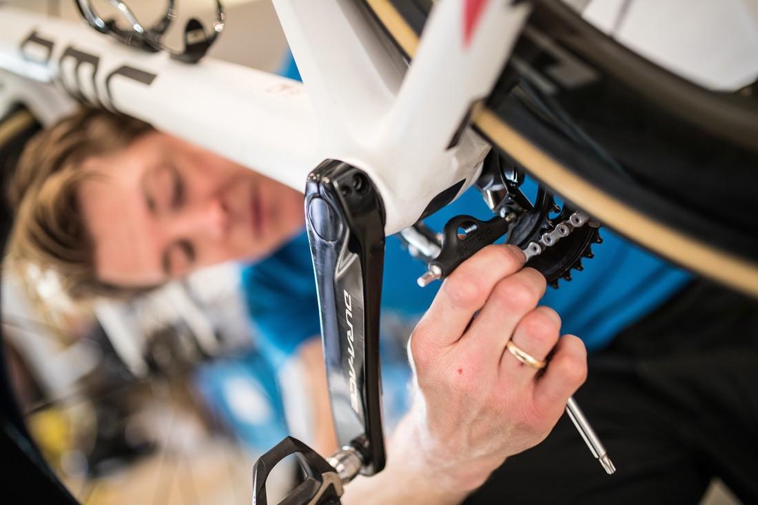 Cosas de la bicicleta que no debes tocar si no sabes. Pedalier.