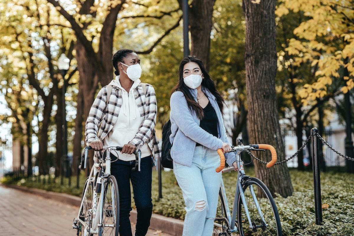 Dos compañeras de camino al trabajo en bici