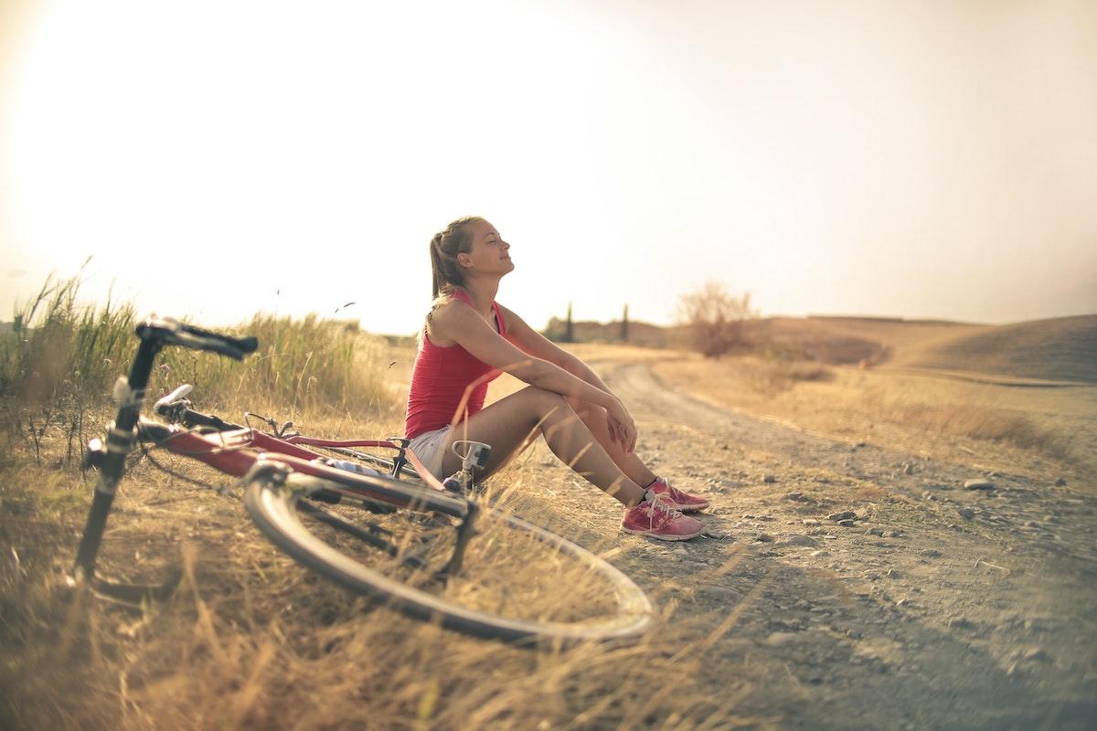 Una chica haciendo un descanso en una ruta en bicicleta