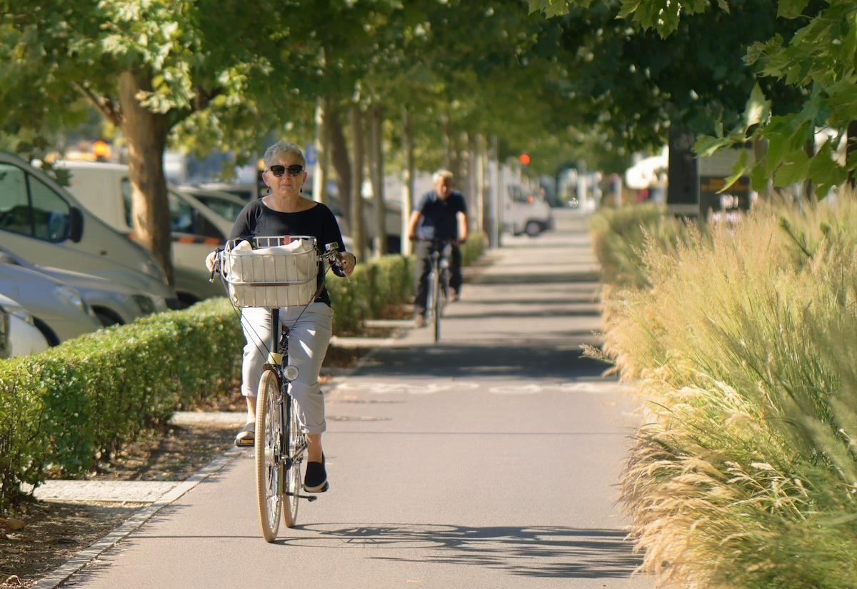 Mujer mayor montando en bicicleta