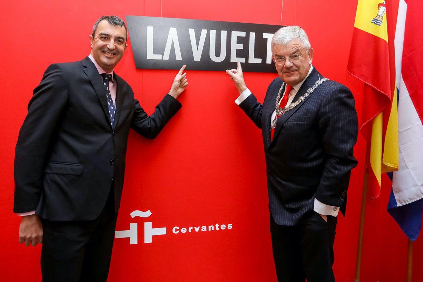 Javier Guillén, director de La Vuelta, y Jan Van Zanen, alcalde de Utrech