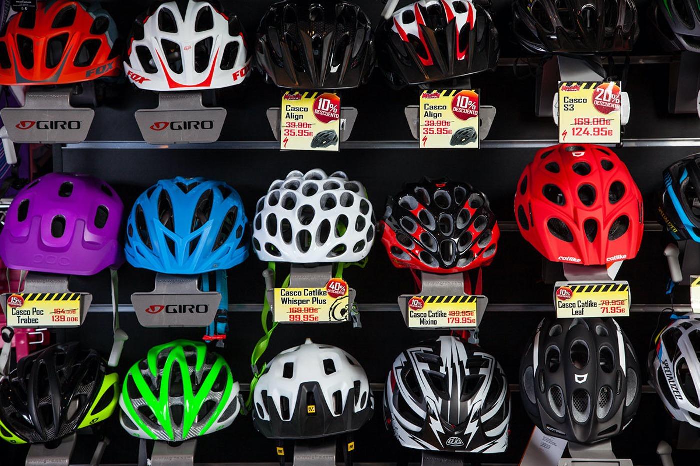 Cascos de bici en una tienda