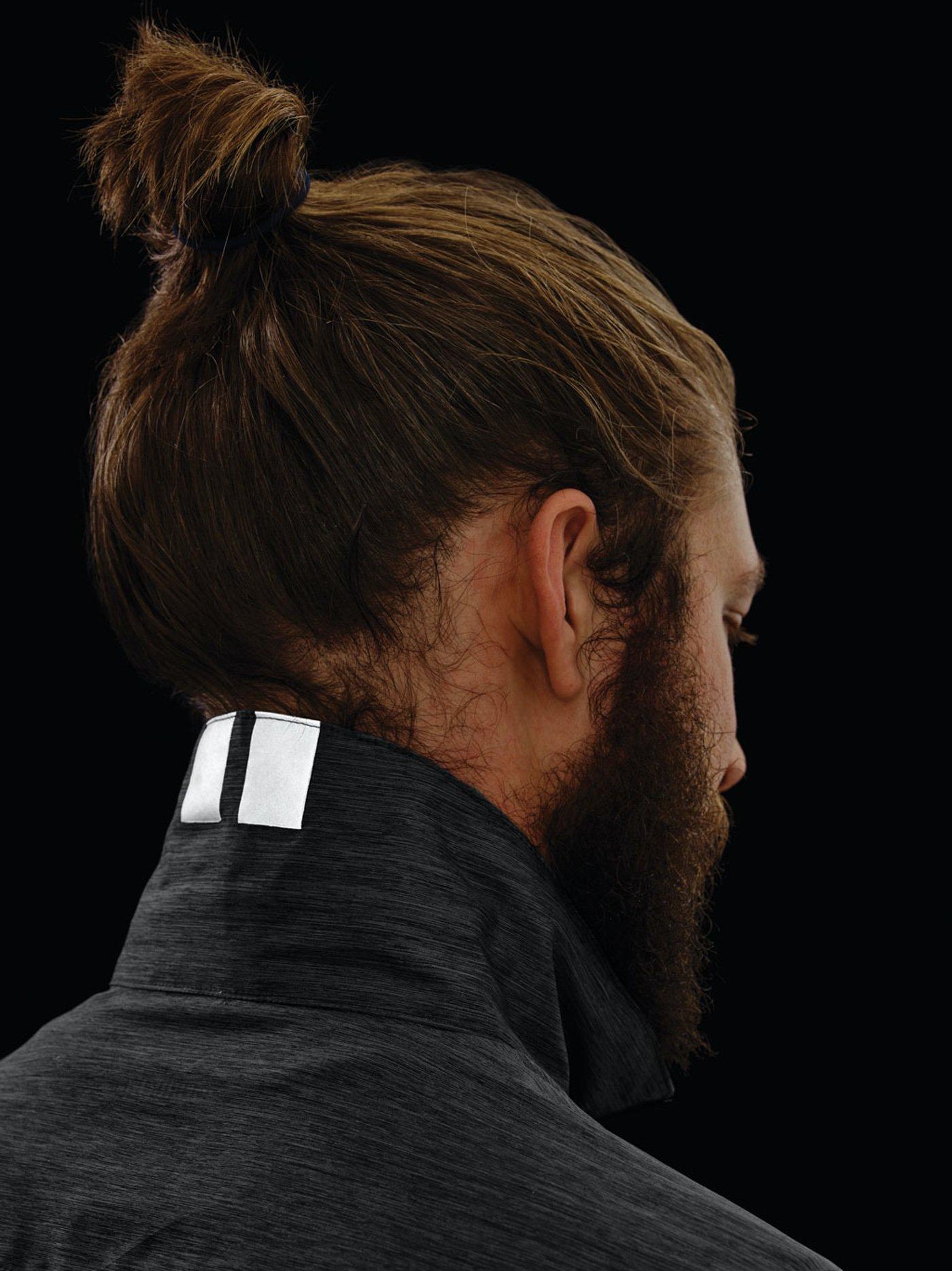 Shimano integra reflectantes en las prendas, por el día se ven de una manera discreta y de noche funcionan correctamente gracias a la tecnología Discrete Reflectivity.