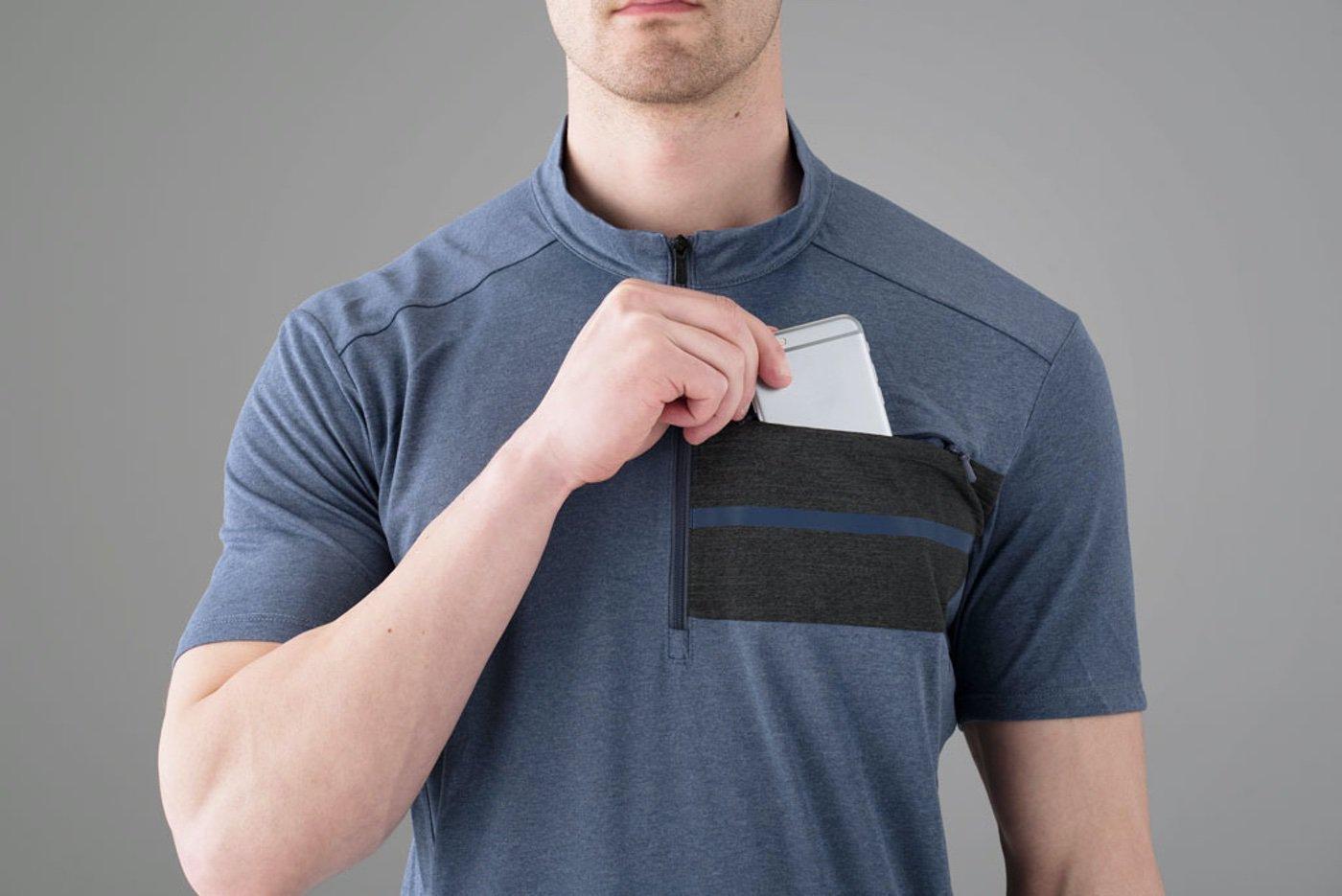 El bolsillo pectoral de las camisas Shimano de chico llevan cremallera y son horizontales para poder llevar el móvil con total seguridad.
