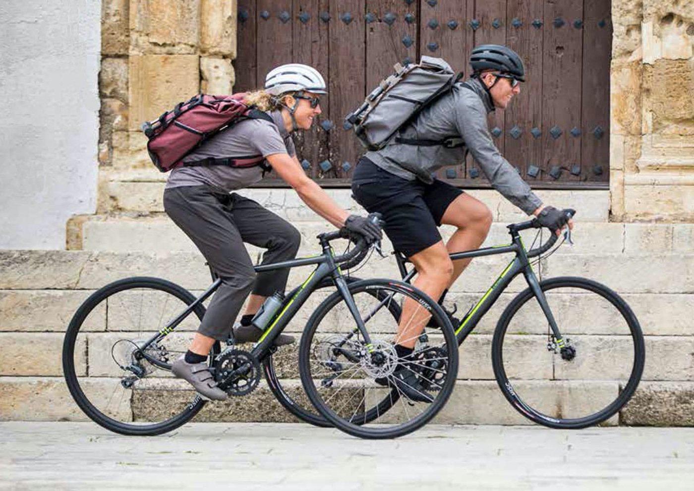 la línea Shimano Transit se inspira en los ciclistas que utilizan la bicicleta como una herramienta más de su dia a día, o realizan largas rutas de cicloturismo