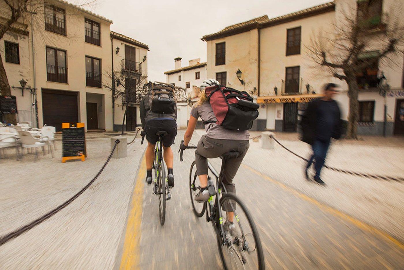 Shimano ha creado su colección, tanto para el ciclista deportivo, cómo para el urbano o el cicloturisa de largas rutas, con ropa de calle, maillots, mochilas y complementos.
