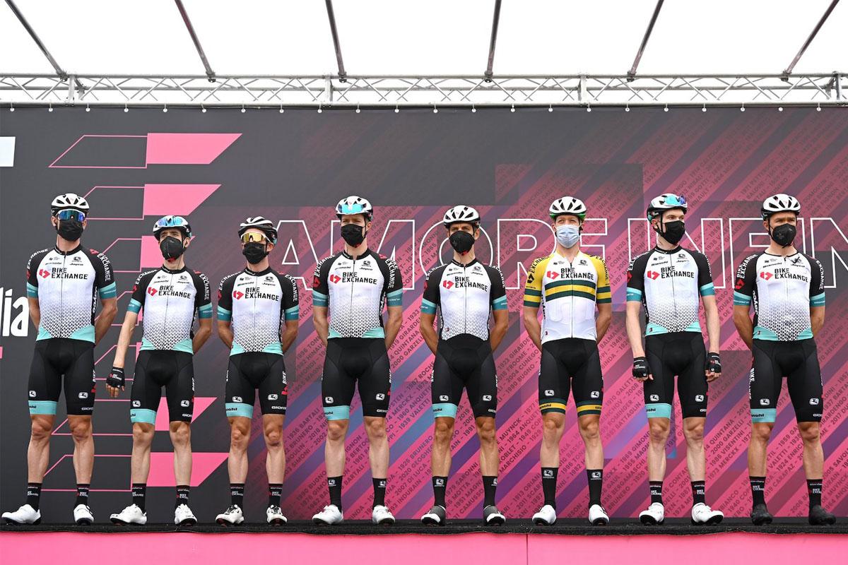 Imagen del equipo BikeExchange con un casco prototipo de Giro