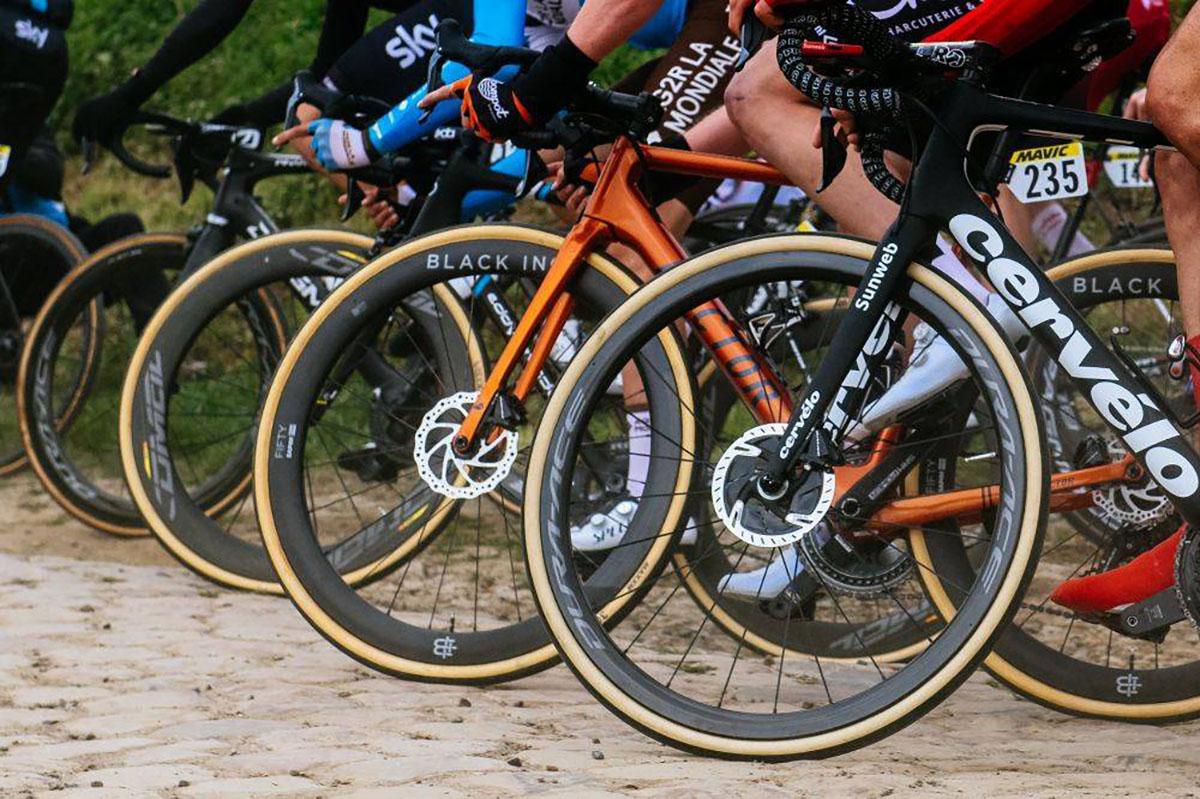 Varios corredores en la París-Roubaix