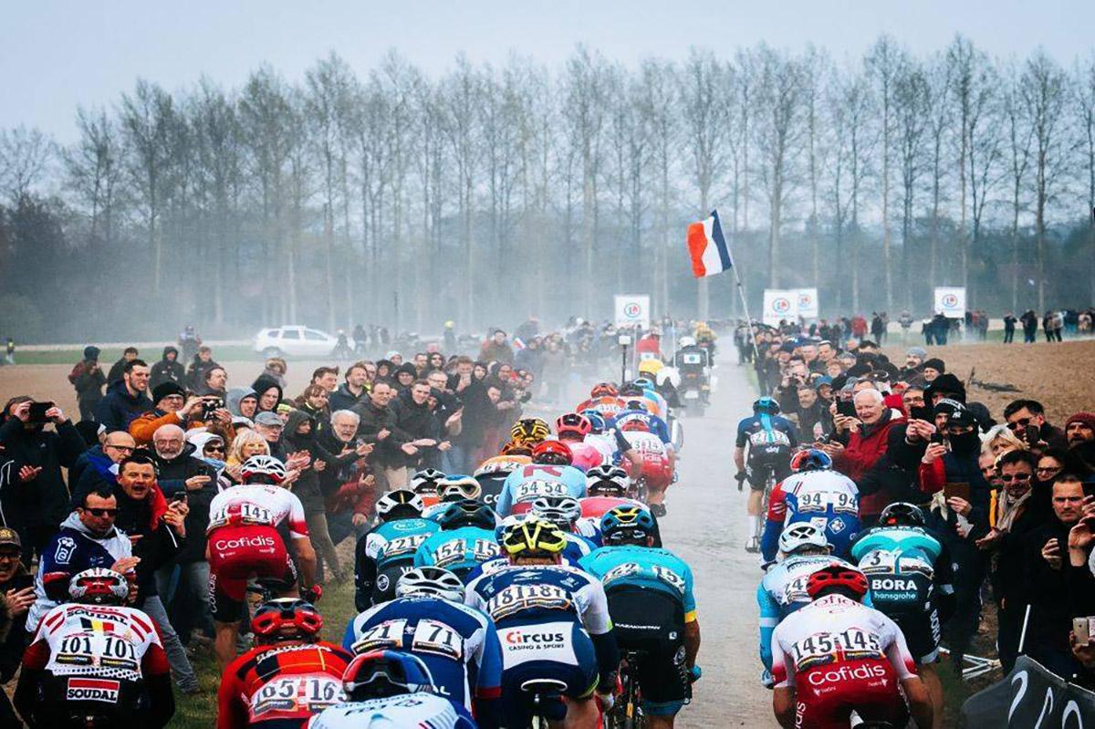 Imagen del pelotón en la París-Roubaix