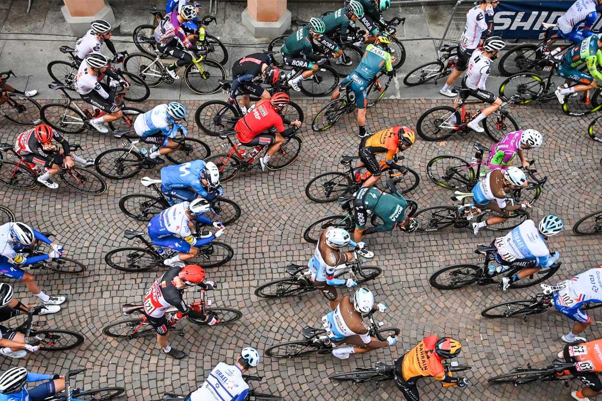 Imagen del pelotón del Giro de Italia 2020