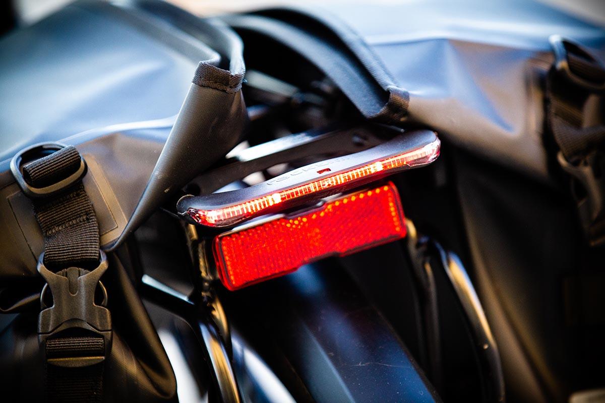 Luces integradas y alimentadas por la batería de la e-bike urbana