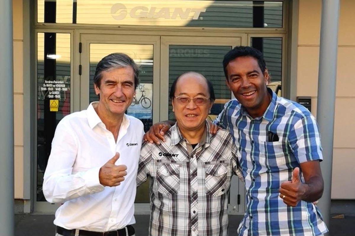 De izqda. a dcha. José Casla, John Koo y Jerome Chagnon a las puertas de las oficinas de Giant, el pasado mes de septiembre, tras la firma del acuerdo.