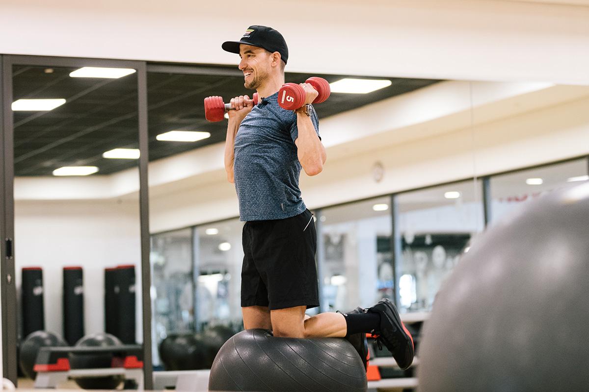Nino Schurter, varias veces Campeón del Mundo de MTB, entrenando en el gimnasio