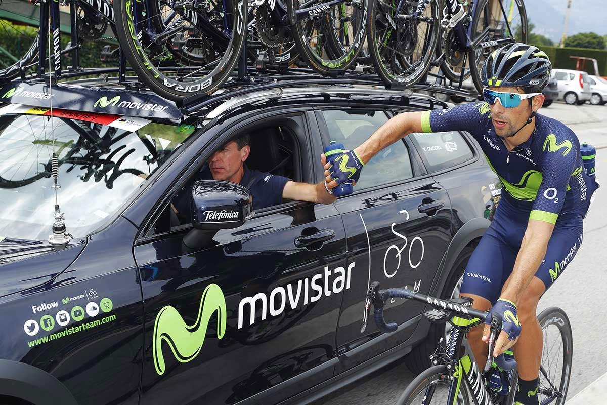 Ciclista profesional cogiendo un bidón en competición