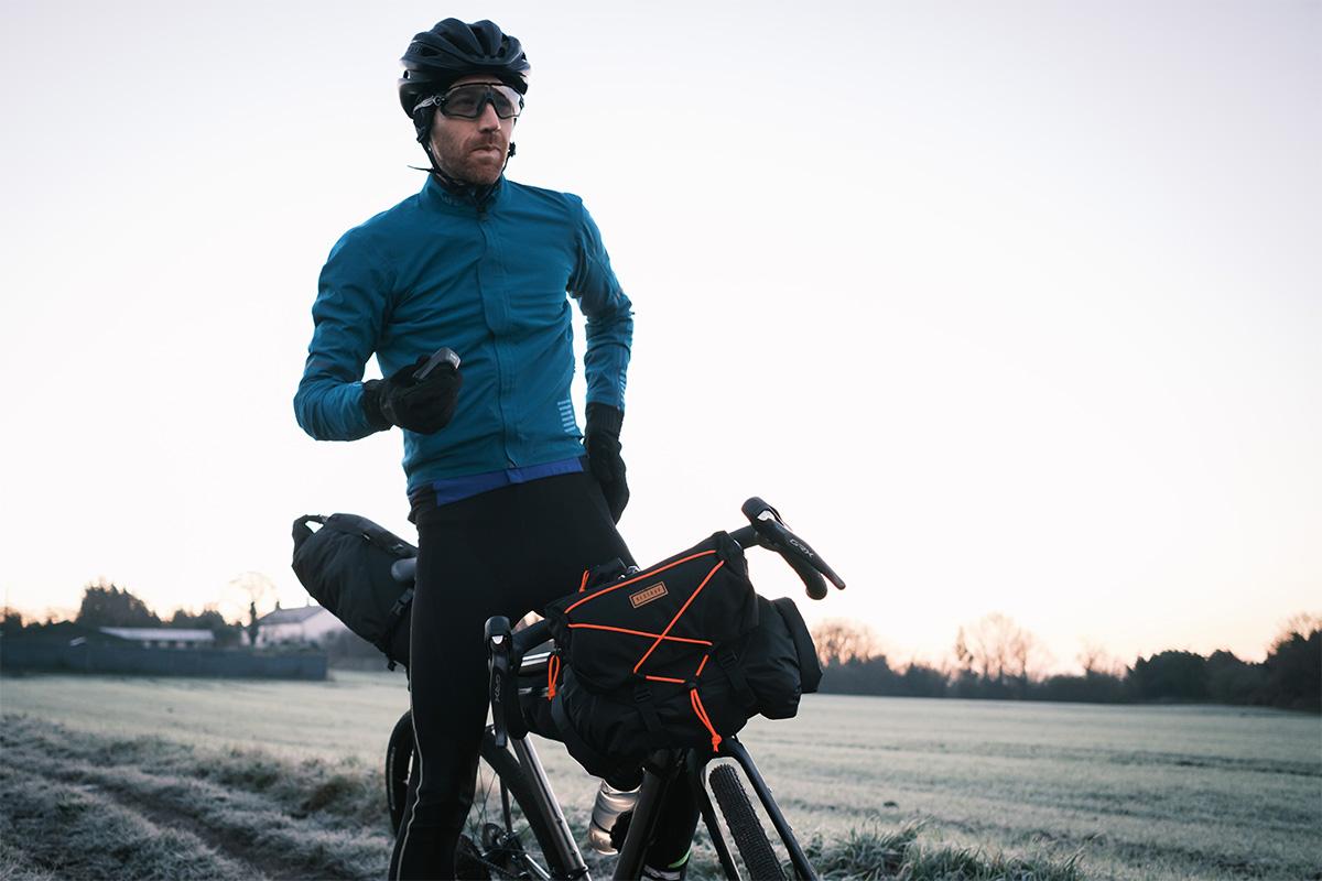 Ciclista totalmente equipado para invierno