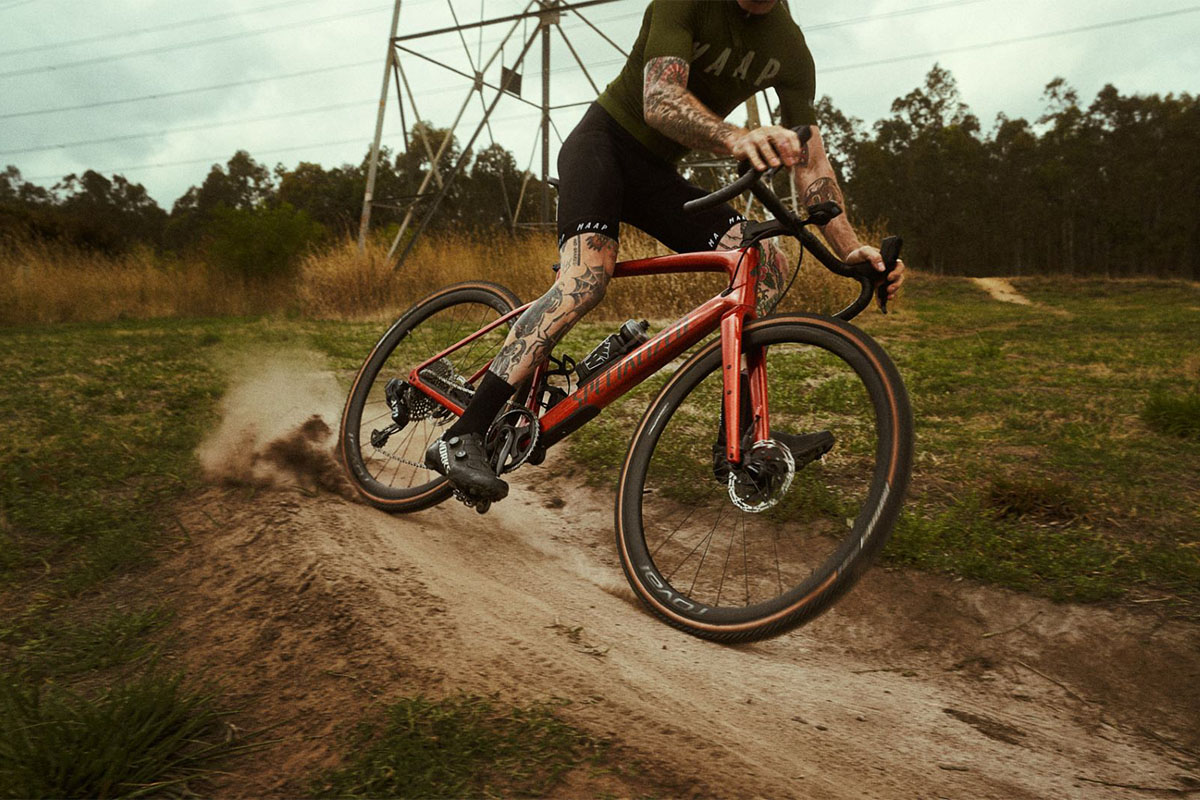 Ciclista de gravel en acción sin guantes