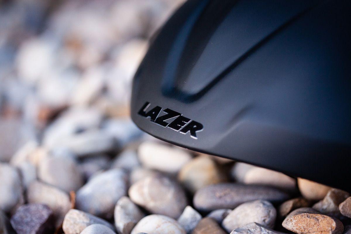 Detalle de la carcasa aerodinámica del casco Lazer Genesis