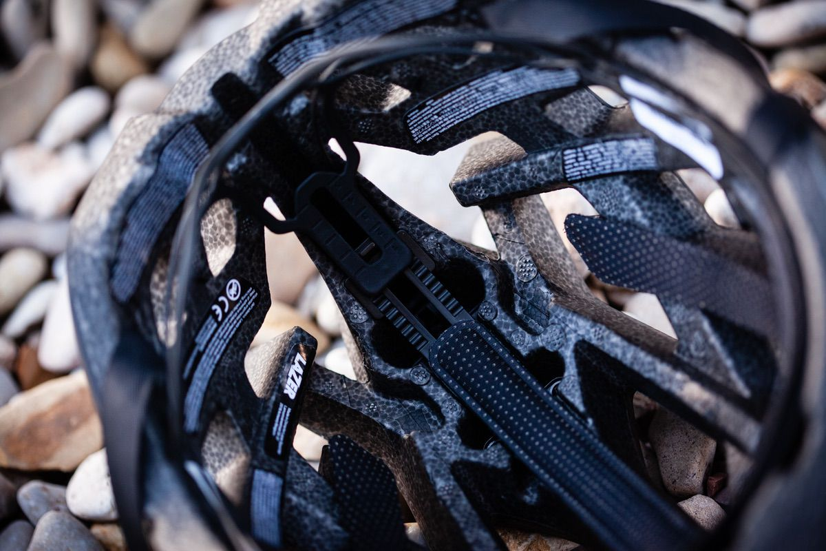 Detalle del interior del casco Lazer Genesis