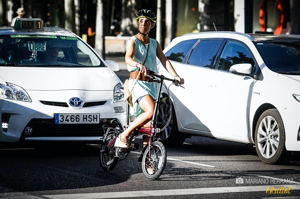 La posición visualmente me resulta cómica, la bicicleta es tan pequeña que apenas se ve entre el tráfico